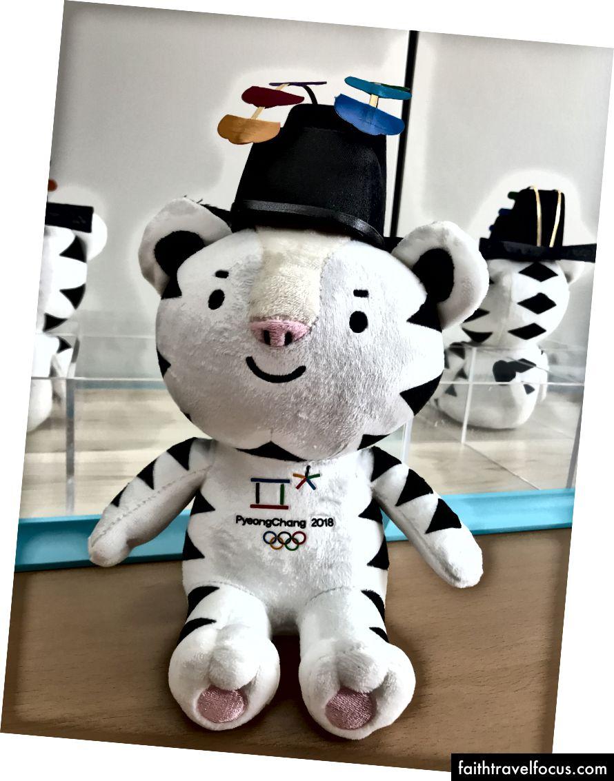 Giải thưởng tại lễ trao giải: Soohorang, linh vật của Thế vận hội Pyeongchang. Các vận động viên nhận huy chương sau đó tại Lễ trao huy chương.
