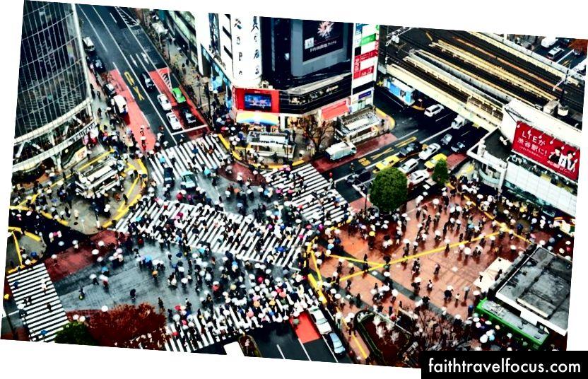 Ngã tư Shibuya ở Tokyo. Hàng trăm người - và vào thời gian cao điểm được cho là hơn 1000 người - giao nhau tại một thời điểm.