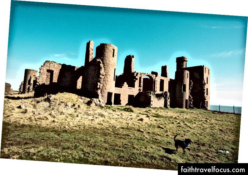 Tàn tích lâu đài Slains nhìn ra biển Bắc