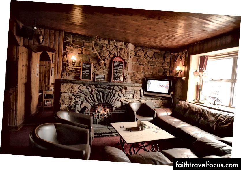 Phòng khách của Glenavon bên lò sưởi