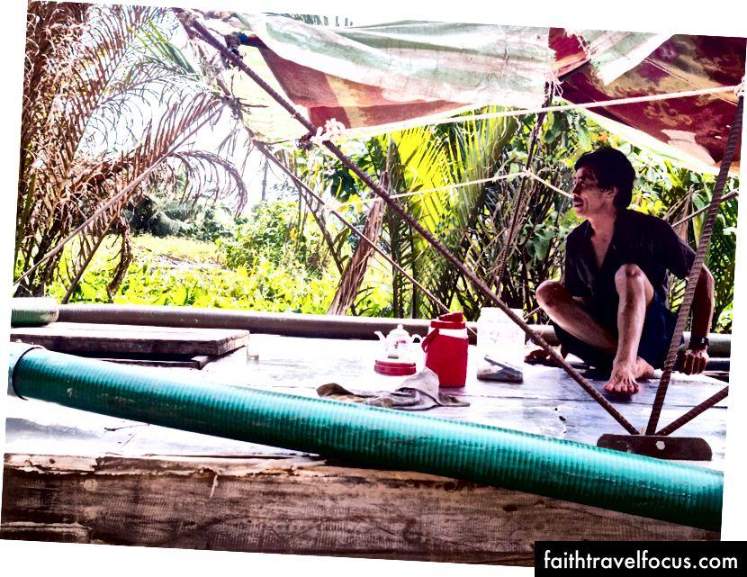 Thêm từ sông Mê Kông. Theo thứ tự theo chiều kim đồng hồ: du khách giải trí với âm nhạc dân gian, làm kẹo sữa dừa, giây phút thư giãn trên thuyền và ăn cá trong một nhà hàng địa phương.