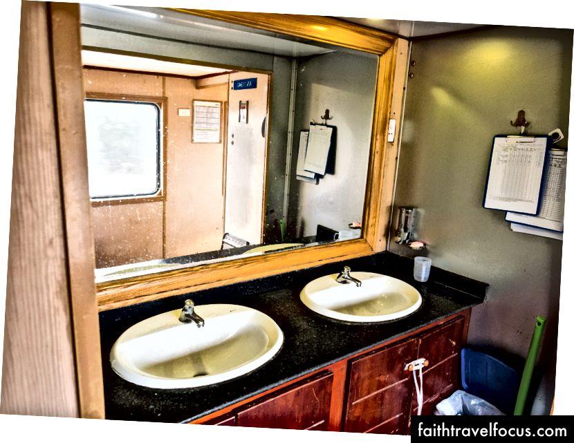 Nội thất của tàu hỏa bao gồm bồn rửa mở