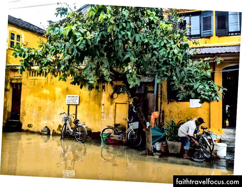 Hội An nằm ở trung tâm của đất nước, nơi thường xuyên bị ngập lụt dữ dội