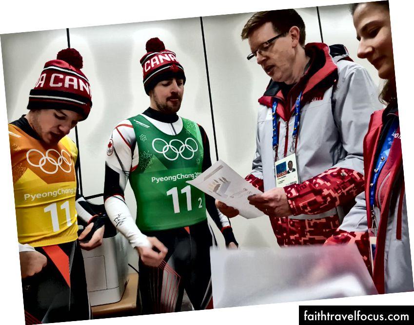 Vika và tôi tóm tắt Justin Snith (l) và Sam Edney (r) của Canada những khoảnh khắc trước buổi lễ của họ