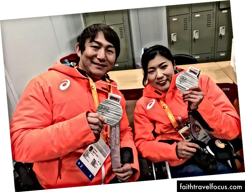 Paralympian Nhật Bản: Taiki Morii (l), huy chương bạc ở Men Khu vực xuống dốc và Momoka Muraoka (r), người đã giành được năm huy chương tại Thế vận hội Paralympic
