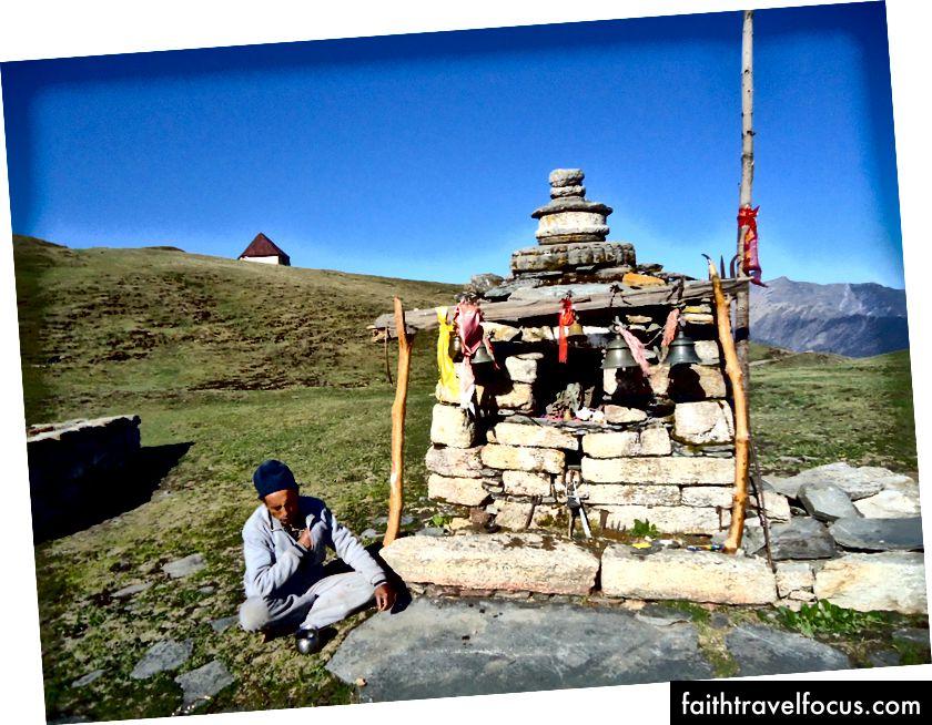 Біш, пропонуючи молитви та співи до святині богині Парваті в Бедній Бугялі.