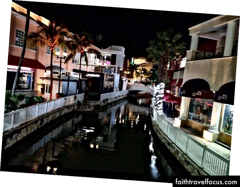 Trung tâm thương mại La Isla. Với kênh rạch, cây cọ và vô số cửa hàng dễ thương, nó là một nơi tuyệt vời để dành một ngày.