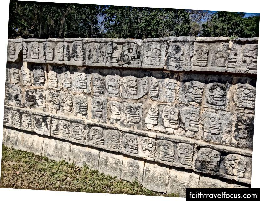 Tzompantli, hoặc giá sọ, tại Chichen Itza. Điều này thể hiện cách thực hành xiên que của Mesoamericans và hiển thị công khai các hộp sọ của các nạn nhân hiến tế.