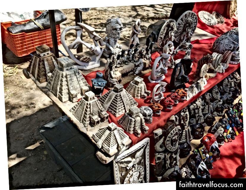 Knickknacks theo chủ đề Maya được bán tại Chichen Itza.