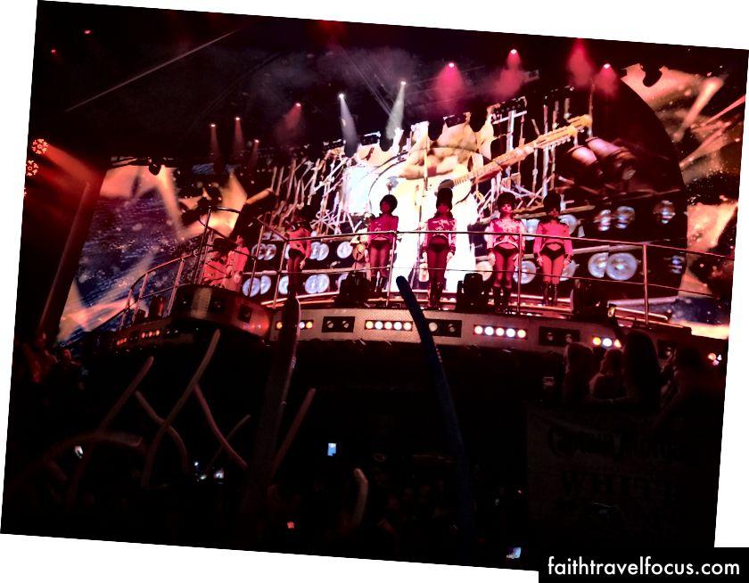 Một buổi biểu diễn tại Coco Bongo, nơi diễn ra các buổi biểu diễn theo phong cách Las Vegas hòa quyện với một hộp đêm.