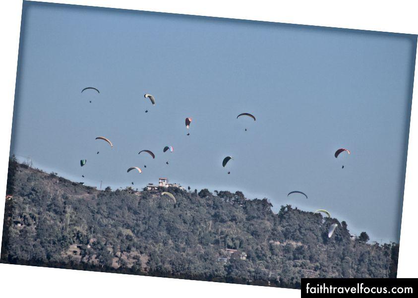 Pokhara'da Yamaç Paraşütü