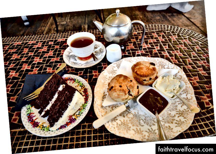 Bánh và trà kem tại Metrodeco