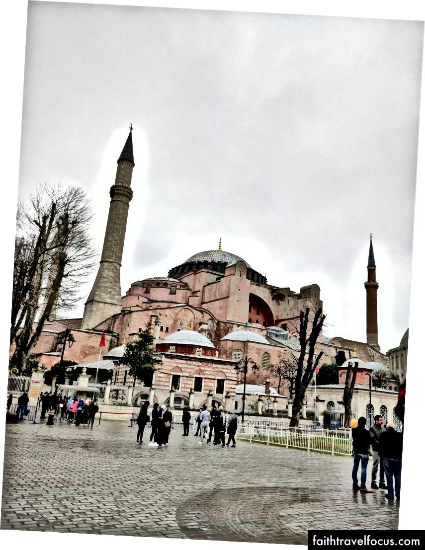 The Hagia Sophia; Giờ làm việc: 9:00 sáng đến 5:00 chiều; Giá: 40 TL; Ga gần nhất: Sultanahmet