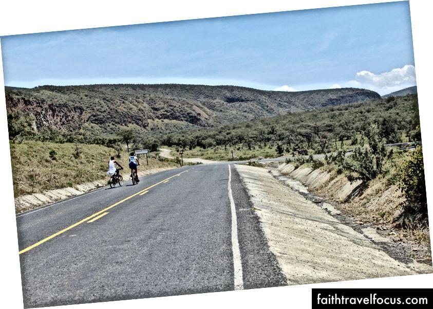 Đồng hành với khách du lịch với xe đạp của họ.