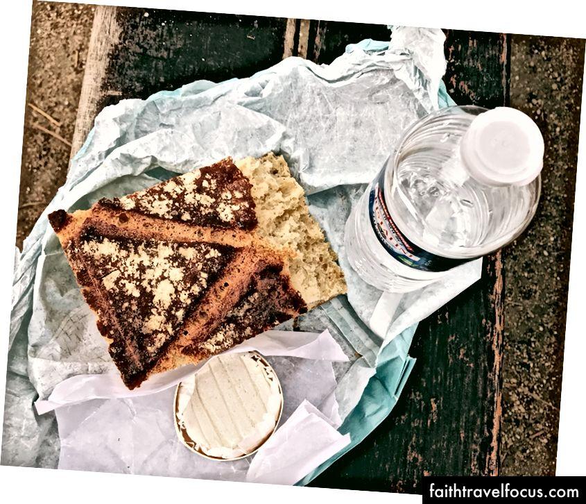 Парк сніданок, непривабливий і чесний, тому що кава чарівна, але вона розриває мої нутрощі. Знято на Площі де Вогези прямо до того, як мене заграли голуби. Не годувати. Повторюю: не годуйте.