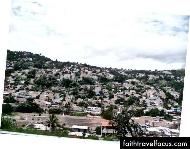Quang cảnh một ngôi làng trên sườn đồi từ xe buýt của chúng tôi.
