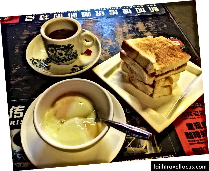 Bữa sáng kiểu Singapore: bánh mì nướng kaya, trứng luộc mềm và 'kopi.