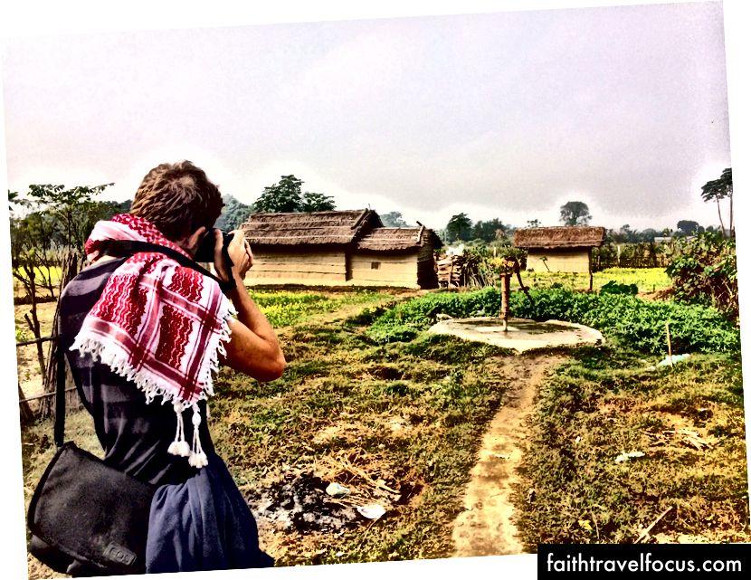 GAdventure'in Nepal'deki Planeterra projesi sırasında kırsal bir köyün fotoğraflarını çekmek