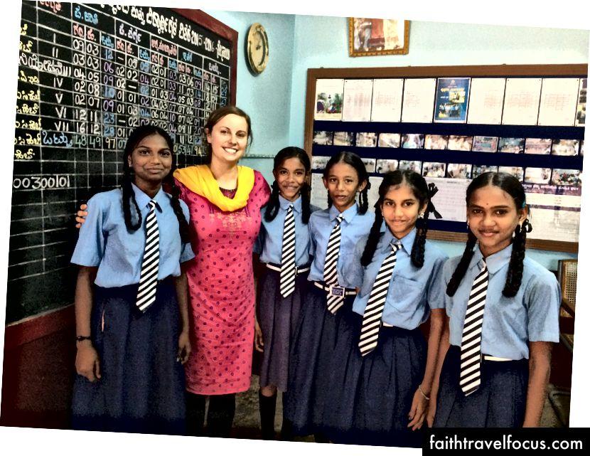 Одрі з молодими студентами після проведення фокус-групи, щоб допомогти створити семінар з гігієни менструального циклу. Навіть по сьогоднішній день це велике табу в деяких районах Індії.