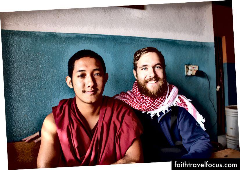 2 saat boyunca bir doktor rahipiyle sohbet ederken, Nepal'de kahve içerken rastgele tanıştım. Video oyunları, futbol / futbol oynamayı sevdiği ve evet, Facebook'ta kaydırma yapması!