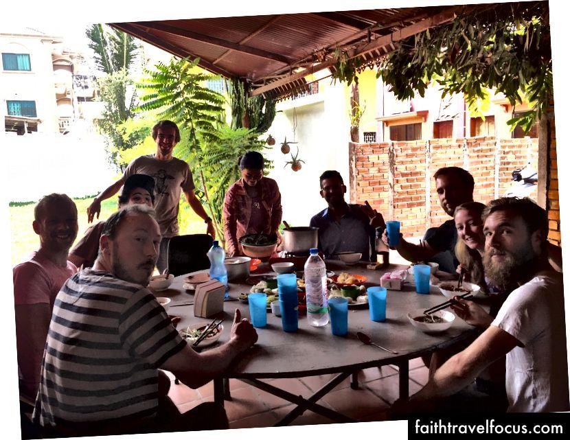 AngkorHUB'ta aile tarzı akşam yemeği Siem Reap, Kamboçya'da ortak çalışma / coliving alanı. Dünyadaki en sevdiğim ortak çalışma alanlarımdan biri. Oraya daha uzun bir süre daha gittim. Jeff Laflamme'ye yardım etmek için gönül rahatlığıyla gönüllü olduk.