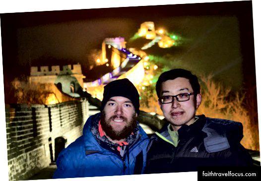 Пробираючись вночі на Великій Китайській стіні з нашим місцевим другом. У нього були контакти. Я знаю, це виглядає фотошопом. Це не.