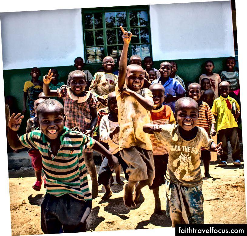 Діти табору / селища для біженців Букомпе.