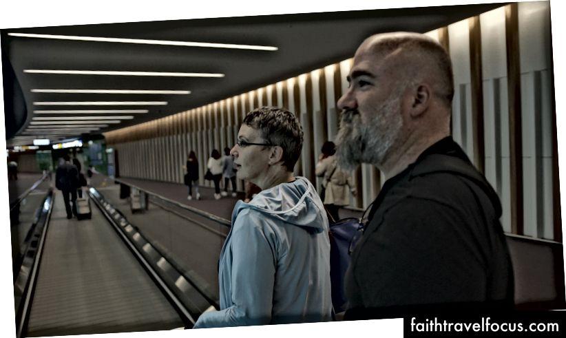 Helen ve Rohan, birçok havalimanından birinin içinden geçerken