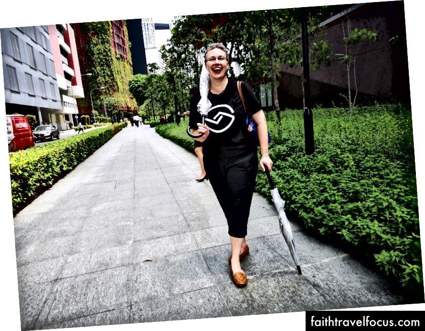 Helen ve Singapur sokaklarında ödünç alınan şemsiyeler