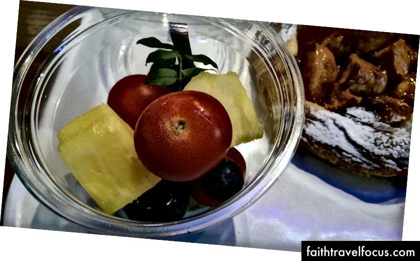 Domates içeren meyve salatası