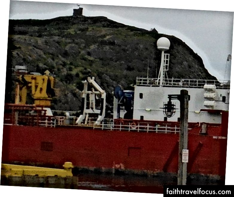 Plimsoll Lines ở giữa màu vàng của dòng nước, St Johns Newfoundland.