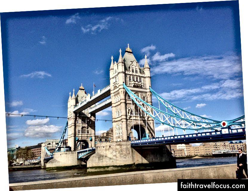 Londra'nın en ünlü yerlerinden biri olan Tower Bridge, şehrin muhteşem manzarasını sunar.