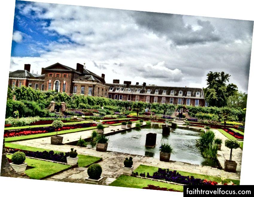 Hyde Park ve Kensington Sarayı'na ev sahipliği yapan komşu Kensington Bahçeleri, İngiltere'de bulunan sekiz Kraliyet Parkından ikisidir.