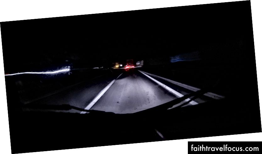 Gece karayolu. Christian'ın kamyonundan göster.