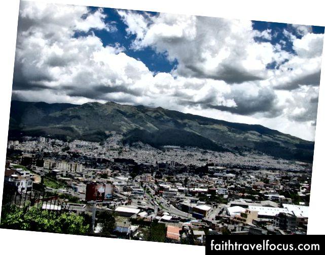 İlk seyahatim sırasında 2009 yılında alınmış. Pichincha Dağı, aşağıdaki Quito ile etkileyici bir şekilde durmaktadır.