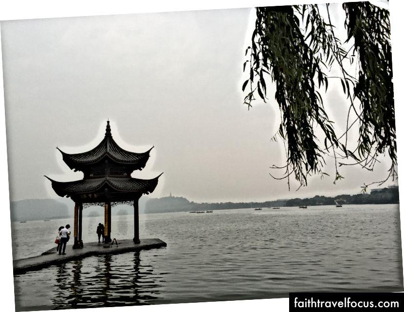 Вид у Ханчжоу та навколо нього, включаючи храм Лінгінь (праворуч вгорі) та Місячний фестиваль (верхній лівий)