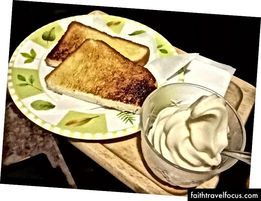 Bir Internet Cafe'de ücretsiz kahvaltı, kızarmış ekmek ve dondurmayla (bu, menüsünde 50 kuruş maliyeti)