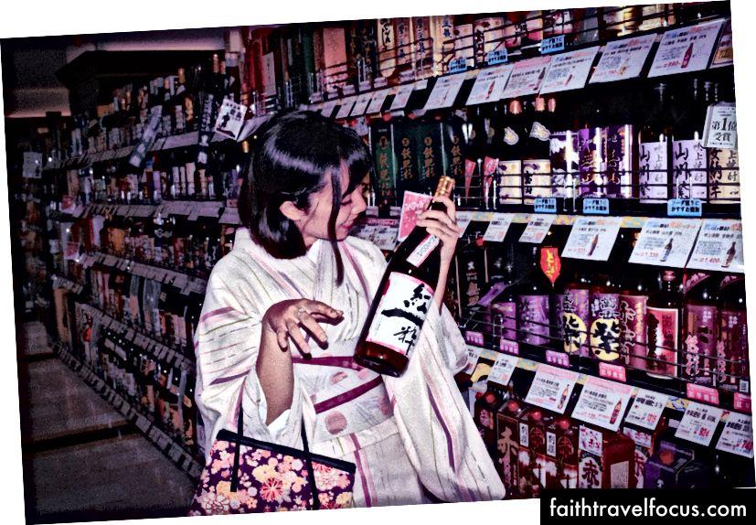 Zaman zaman kendimi ikramlarla şımarttım. Kyoto'dayken pembe bir kimono kiraladım ve bir bira aldım. Sanat müzelerini ziyaret ettim, caz barına girdim, yerel yemekler denedim ve slot makinelerinden atıştırmalıklar kazandım.
