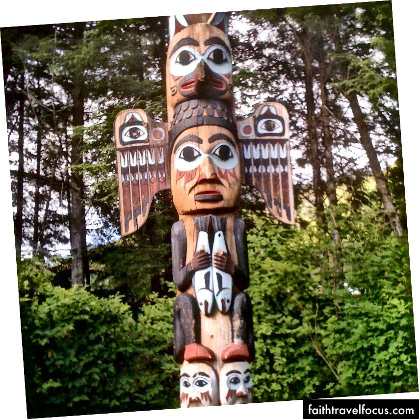 Kichx̱áan'daki (Ketchikan) Totem Bight State Tarih Parkı'ndaki Sis Kadını kootéeyaa
