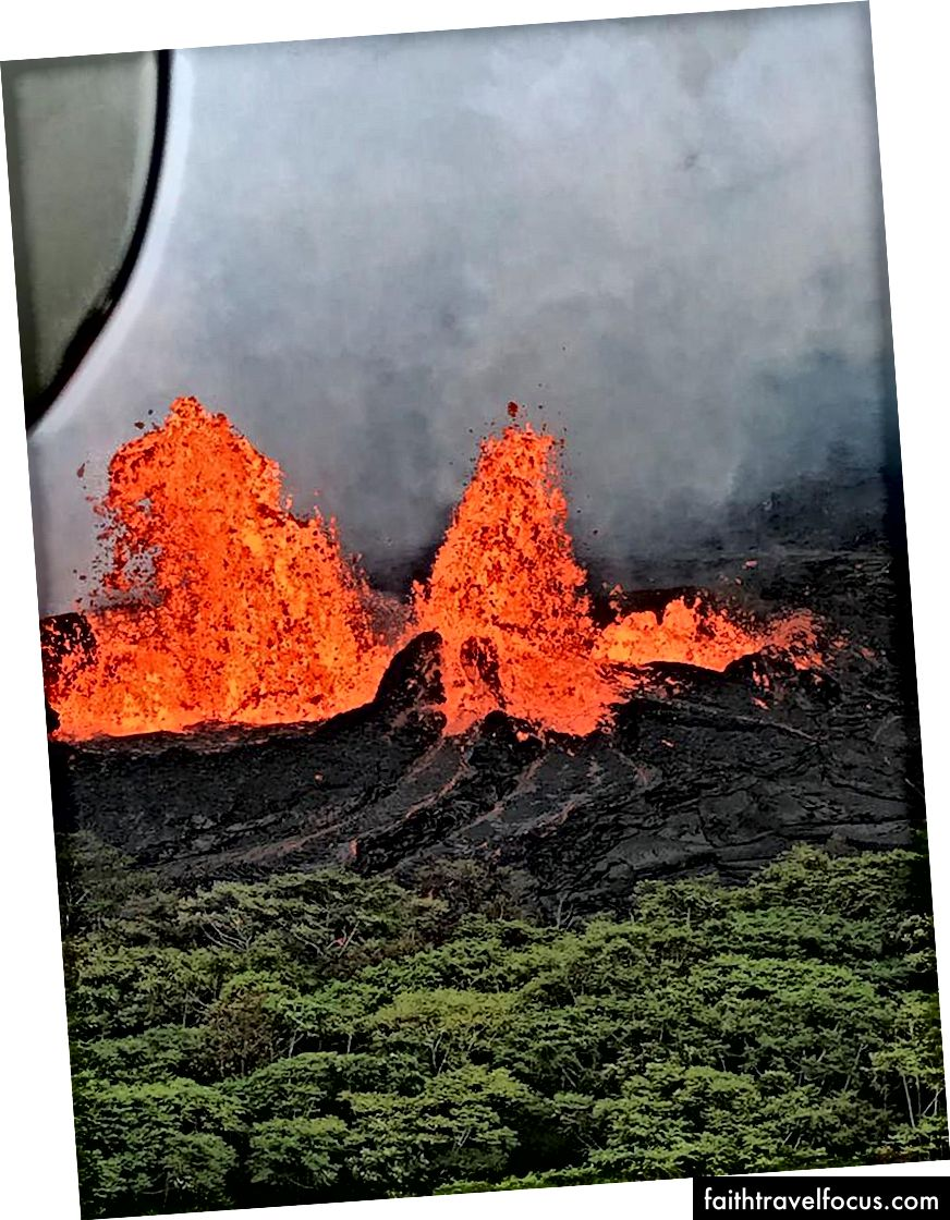 Переліт вертольота на нижньо-східній рифтовій зоні вулкана Кілауеа демонструє фонтани на Фіссуру 22 травня. Фонтан лави сягав 50 метрів (164 фути). (USGS-HVO)