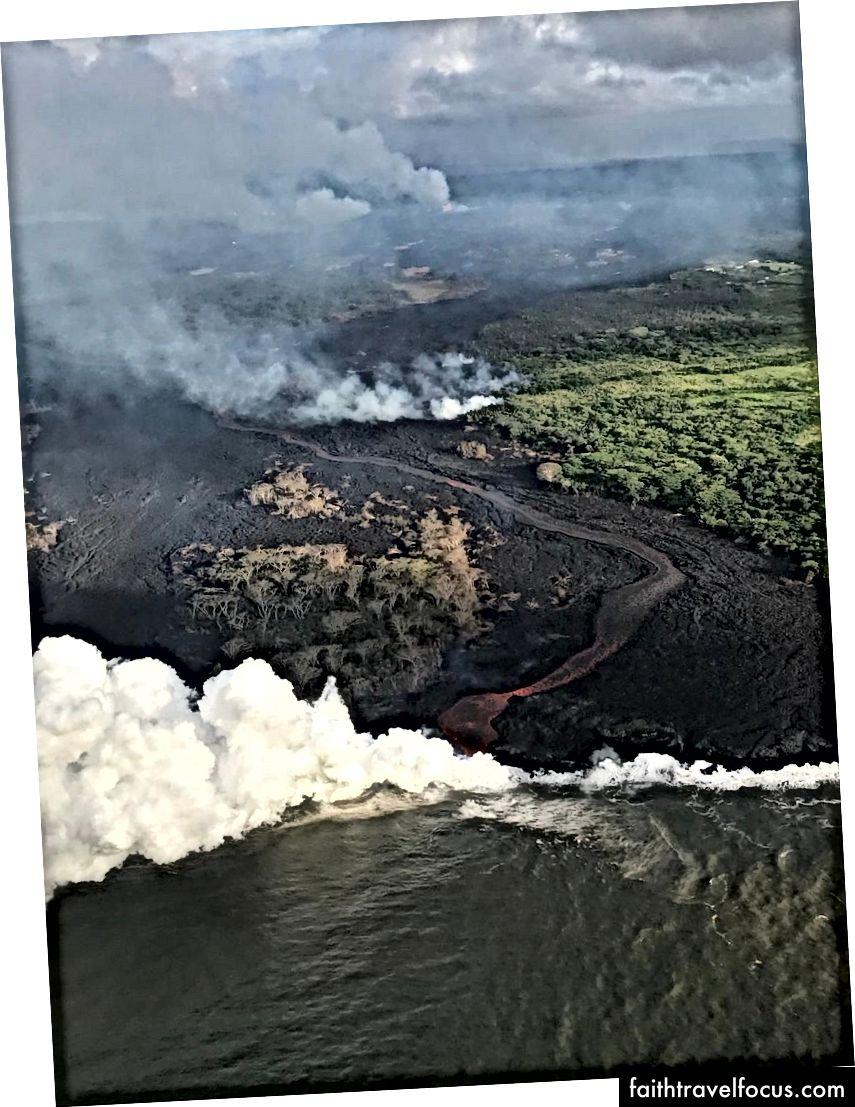 Kanalize lav akışı ve aktif okyanus girişi bir helikopterden görüntüleyin. Fissür kompleksi görüntünün üst merkezinde görülebilir. Bu görüntü 23 Mayıs 2018 itibariyle geçerlidir. (USGS-HVO)