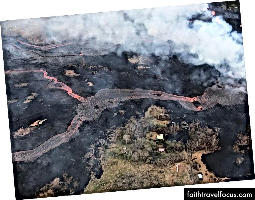 Kulauea Volkanı'nın alt Doğu Rift Bölgesi'ndeki helikopter uçuşu, Fissure 22'den çıkan lav kanalını gösteriyor (görülemiyor ama görüntünün tam ortasına doğru). Lav fotoğrafta sağdan sola doğru yokuş aşağı akıyor. (USGS-HVO)