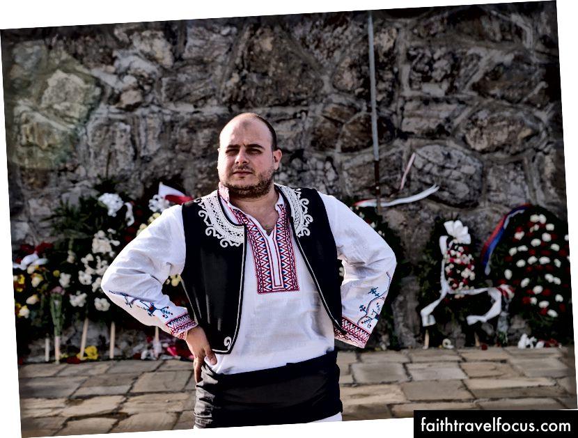 Todor geleneksel bir Bulgar kostümü giyiyor. Çekim, 3 Mart - Bulgaristan Ulusal Günü'nü kutlayan bir gezi sırasında çekildi.