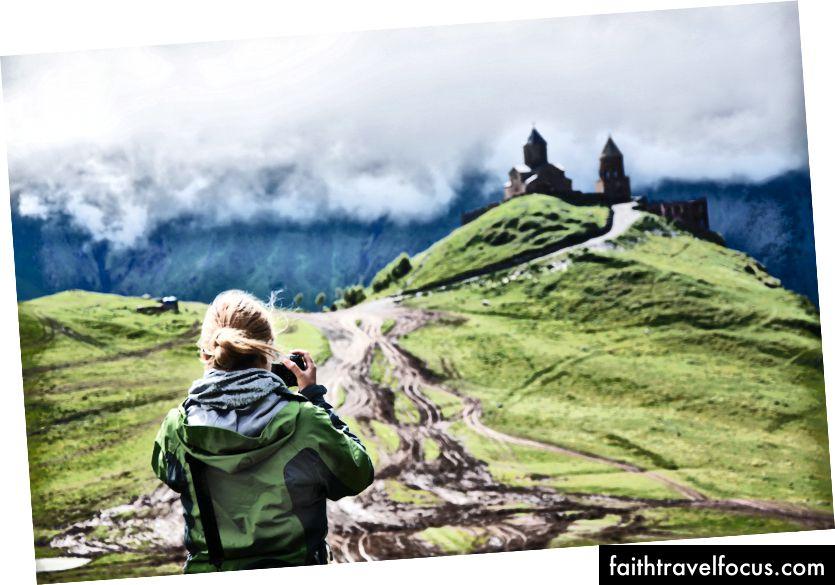 Sau đó, Hik Hiker chụp một bức ảnh của một tòa lâu đài trên đỉnh một ngọn núi xanh tươi của Sylwia Bartyzel trên Bapt