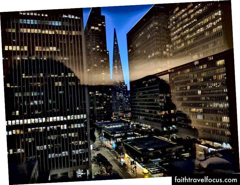 Xem từ cửa sổ khách sạn của tôi vào buổi tối