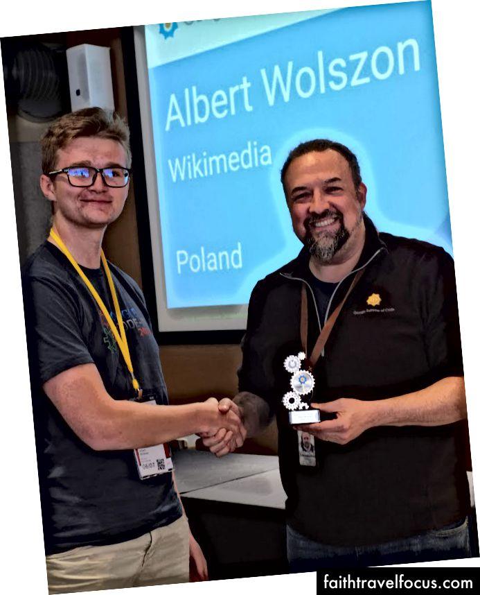 Chris DiBona trao cho tôi giải thưởng GCI; CC-BY-SA của Stephanie Taylor