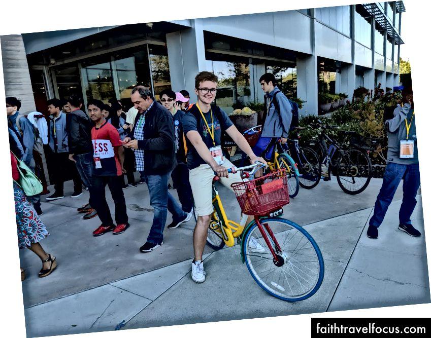 Зліва: невеликі покупки в Google Store. Правильно: нам не дозволяли їздити на цих велосипедах. Уопс