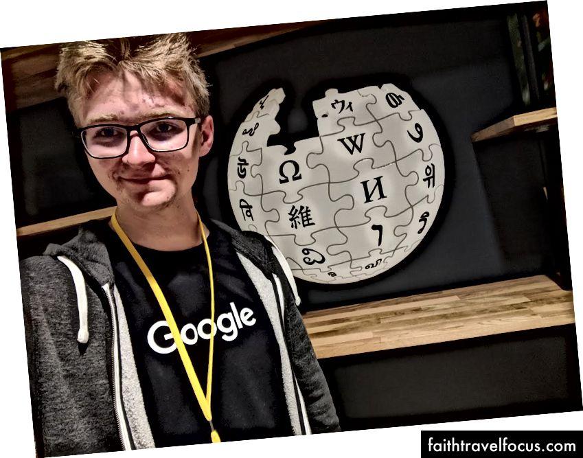 Selfie với logo Wikipedia tại văn phòng WMF