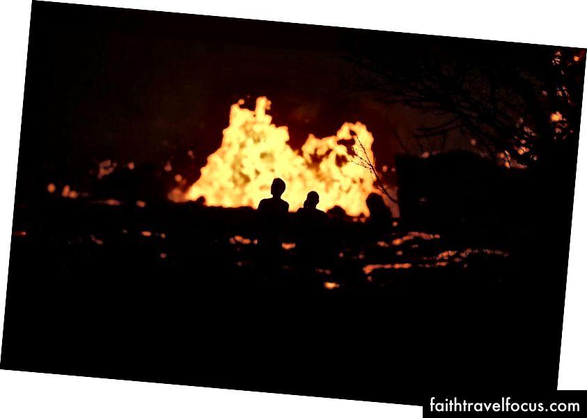 Mọi người xem khi dung nham phun trào từ khe nứt núi lửa Kilauea ở Leilani Estates, trên đảo Hawaii, Đảo lớn, vào ngày 24 tháng 5 năm 2018 tại Pahoa, Hawaii. Ước tính có khoảng 40 feet60 khối dung nham mỗi giây đang phun ra từ các khe nứt núi lửa ở Leilani Estates. (Hình ảnh Mario Tama / Getty)