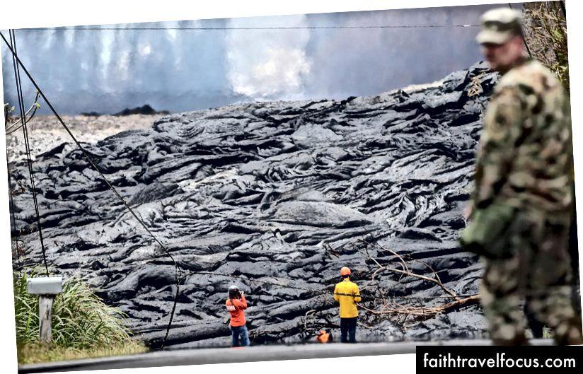 Công nhân USGS quan sát dung nham từ khe nứt núi lửa Kīlauea ở Leilani Estates, trên đảo Hawaii, Đảo lớn, vào ngày 24 tháng 5 năm 2018 tại Pahoa, Hawaii. (Hình ảnh Mario Tama / Getty)